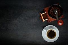 Καφές φλυτζανιών με το διάστημα μύλων και αντιγράφων Στοκ φωτογραφία με δικαίωμα ελεύθερης χρήσης