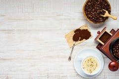 Καφές Cappuccino με τα φασόλια και μύλος στο διάστημα αντιγράφων Στοκ Φωτογραφίες