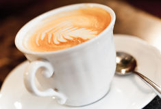 Καφές Cappuccino με το καρύκευμα και τον καλλιτεχνικό αφρό Στοκ Εικόνα