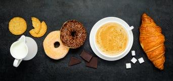 Καφές Cappuccino με doughnut και Croissant Στοκ φωτογραφίες με δικαίωμα ελεύθερης χρήσης