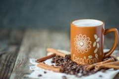 Καφές Cappuccino σε μια μεγάλη καφετιά κούπα Στοκ Φωτογραφία