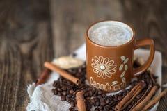 Καφές Cappuccino σε μια μεγάλη καφετιά κούπα Στοκ φωτογραφίες με δικαίωμα ελεύθερης χρήσης