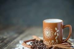Καφές Cappuccino σε μια μεγάλη καφετιά κούπα Στοκ Φωτογραφίες