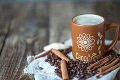 Καφές Cappuccino σε μια μεγάλη καφετιά κούπα Στοκ Εικόνες