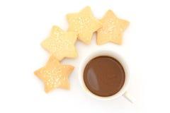 Καφές Capuccino στο εκλεκτής ποιότητας φλυτζάνι ύφους και μπισκότο αστεριών στον καφέ Στοκ φωτογραφίες με δικαίωμα ελεύθερης χρήσης