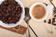 Καφές Espresso με τη ζάχαρη και το καρύκευμα Στοκ Εικόνες