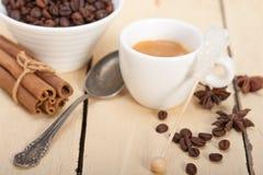 Καφές Espresso με τη ζάχαρη και το καρύκευμα Στοκ φωτογραφία με δικαίωμα ελεύθερης χρήσης