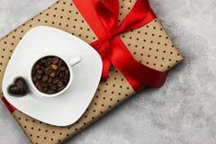 Καφές Espresso στο άσπρο φλυτζάνι, δώρο με το κώλυμα και σοκολάτες Στοκ φωτογραφία με δικαίωμα ελεύθερης χρήσης