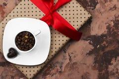 Καφές Espresso στο άσπρο φλυτζάνι, δώρο με το κώλυμα και σοκολάτες Στοκ εικόνες με δικαίωμα ελεύθερης χρήσης