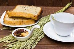 Καφές, granola σοκολάτας και ολόκληρο ψωμί σίτου Στοκ Εικόνες