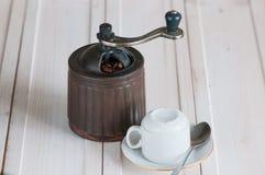 Καφές grinde και φασόλια στο ξύλινο γραφείο στοκ εικόνες με δικαίωμα ελεύθερης χρήσης