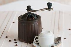 Καφές grinde και φασόλια στο ξύλινο γραφείο στοκ φωτογραφία