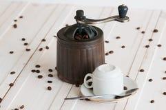 Καφές grinde και φασόλια στο ξύλινο γραφείο στοκ φωτογραφίες