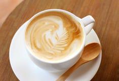 Καφές Latte ή cappuccino με το ξύλινο κουτάλι στοκ εικόνες