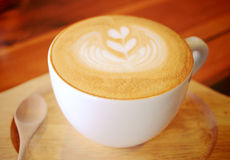 Καφές Latte ή cappuccino με το ξύλινο κουτάλι στοκ φωτογραφία με δικαίωμα ελεύθερης χρήσης