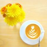 Καφές Latte ή cappuccino με το λουλούδι στοκ φωτογραφία
