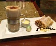 Καφές Latte με Strudel της Apple, τη σάλτσα βανίλιας και μια σφαίρα και τα χοντρά κομμάτια της άσπρης σοκολάτας Στοκ φωτογραφία με δικαίωμα ελεύθερης χρήσης