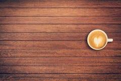 Καφές Latte στο επιτραπέζιο ξύλινο υπόβαθρο με το διάστημα Στοκ εικόνα με δικαίωμα ελεύθερης χρήσης
