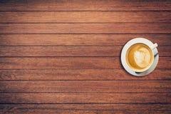 Καφές Latte στο επιτραπέζιο ξύλινο υπόβαθρο με το διάστημα Στοκ φωτογραφία με δικαίωμα ελεύθερης χρήσης