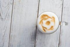 Καφές macchiato Latte στο άσπρο ξύλινο υπόβαθρο Τοπ όψη Στοκ Εικόνες