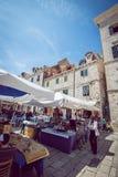 Καφέδες οδών Dubrovnik στο κύριο τετράγωνο Στοκ Εικόνες