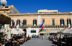 Καφέδες πεζοδρομίων στη πλατεία της πόλης, Valletta Στοκ εικόνα με δικαίωμα ελεύθερης χρήσης
