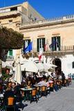 Καφέδες πεζοδρομίων στη πλατεία της πόλης, Valletta Στοκ Φωτογραφίες