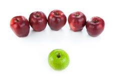Καφέ μήλα που παρατάσσονται σε μια σειρά και μια πράσινη κινηματογράφηση σε πρώτο πλάνο μήλων Στοκ φωτογραφία με δικαίωμα ελεύθερης χρήσης