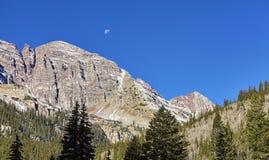Καφέ σειρά βουνών κουδουνιών με το φεγγάρι ανωτέρω, ΗΠΑ Στοκ εικόνα με δικαίωμα ελεύθερης χρήσης