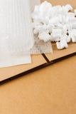 Καφετής ζαρώστε το κιβώτιο με τις προμήθειες συσκευασίας Στοκ Εικόνες