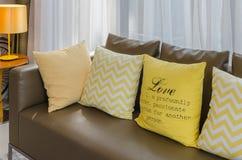 Καφετής καναπές με τα κίτρινα μαξιλάρια Στοκ εικόνα με δικαίωμα ελεύθερης χρήσης
