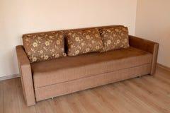 Καφετής καναπές στο καθιστικό στοκ εικόνα