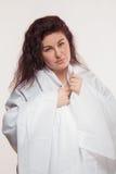 Καφετής-μαλλιαρή γυναίκα σε ένα άσπρο φύλλο Στοκ εικόνα με δικαίωμα ελεύθερης χρήσης