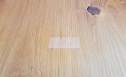 Καφετής ξύλινος πίνακας ή επιφάνεια με τη θέση όπου η ταινία ήταν στοκ φωτογραφίες