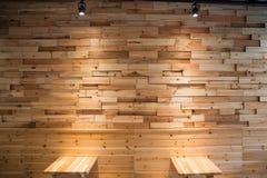 Καφετής ξύλινος τοίχος επιτροπής σανίδων με δύο φω'τα εξασθένισης downlight Στοκ Εικόνα