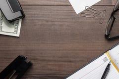 Καφετής ξύλινος πίνακας γραφείων με μερικά αντικείμενα Στοκ εικόνα με δικαίωμα ελεύθερης χρήσης