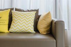 Καφετής σύγχρονος καναπές με τα κίτρινα μαξιλάρια Στοκ φωτογραφία με δικαίωμα ελεύθερης χρήσης