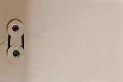 Καφετής φάκελος με τη δέσμευση της σφραγίδας Στοκ εικόνα με δικαίωμα ελεύθερης χρήσης