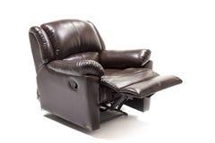 Καφετί δέρμα recliner με το εξόγκωμα ελέγχου στο άσπρο κλίμα στοκ φωτογραφία