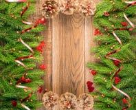 Καφετί αγροτικό υπόβαθρο Χριστουγέννων με τους κλάδους του FIR στοκ εικόνες