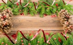 Καφετί αγροτικό υπόβαθρο Χριστουγέννων με τους κλάδους του FIR στοκ φωτογραφίες με δικαίωμα ελεύθερης χρήσης