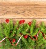 Καφετί αγροτικό υπόβαθρο Χριστουγέννων με τους κλάδους του FIR στοκ εικόνες με δικαίωμα ελεύθερης χρήσης