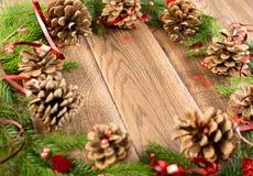 Καφετί αγροτικό υπόβαθρο Χριστουγέννων με τους κλάδους του FIR στοκ φωτογραφία με δικαίωμα ελεύθερης χρήσης