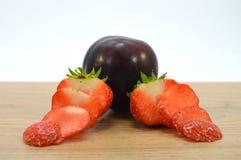 Καφετί δαμάσκηνο με τις φράουλες στοκ φωτογραφίες με δικαίωμα ελεύθερης χρήσης