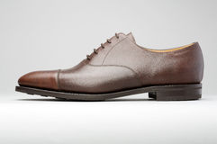 Καφετί ανθρώπινο παπούτσι σε ένα κλιμακωτό υπόβαθρο Στοκ φωτογραφίες με δικαίωμα ελεύθερης χρήσης
