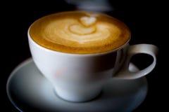 Καφετί αφρισμένο cappuccino στοκ φωτογραφίες με δικαίωμα ελεύθερης χρήσης