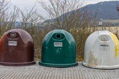 Καφετί γυαλί, πράσινο γυαλί και άσπρα εμπορευματοκιβώτια γυαλιού Στοκ Εικόνες