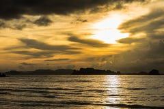 Καφετί ηλιοβασίλεμα στην παραλία AO Nang, Krabi, Ταϊλάνδη Στοκ Εικόνα