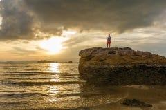 Καφετί ηλιοβασίλεμα στην παραλία AO Nang, Krabi, Ταϊλάνδη Στοκ Φωτογραφίες