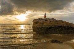 Καφετί ηλιοβασίλεμα στην παραλία AO Nang, Krabi, Ταϊλάνδη Στοκ Εικόνες